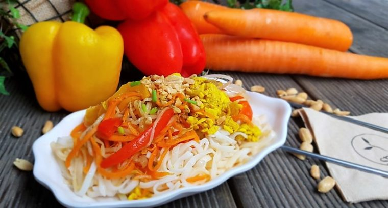 Sweet and Spicy Pad Thai Rice Noodles, bean sprouts, tempeh, green onions, carrots and peppers with a fragrant and flavorful pad thai sauce. 매콤 달콤한 팟타이 쌀국수, 숙주, 템페, 파, 당근, 고추 등을 풍미와 향이 짙은 팟타이 소스에 버무린 요리로, 비건 팟타이는 여러분의 혀를 빠르게 자극하는 달콤하고, 톡 쏘는 매운 맛의 조합으로 이루어져 있습니다.