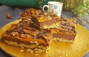 Raw Turtles Cheesecake (Caramel Chocolate Pecan) 생 터틀 치즈케이크 카라멜 소스를 뿌린 초콜릿 치즈 케이크 위에 초콜렛 칩, 피칸을 얹은 생 터틀 초콜릿 치즈케이크