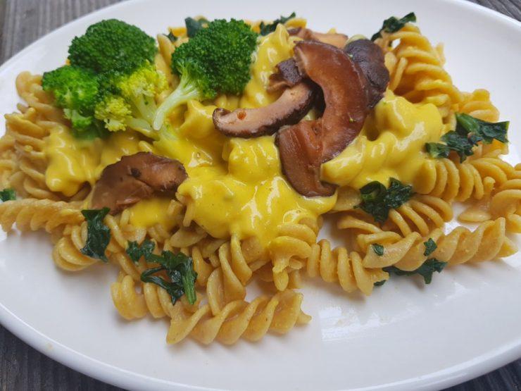 Vegan plant based mac n cheese 맥 앤 치즈 브로콜리, 시금치, 통밀 파스타를 버무려 표고버섯 베이컨과 졸인 양파를 올린 진하고 감칠맛 나는 맥앤치즈