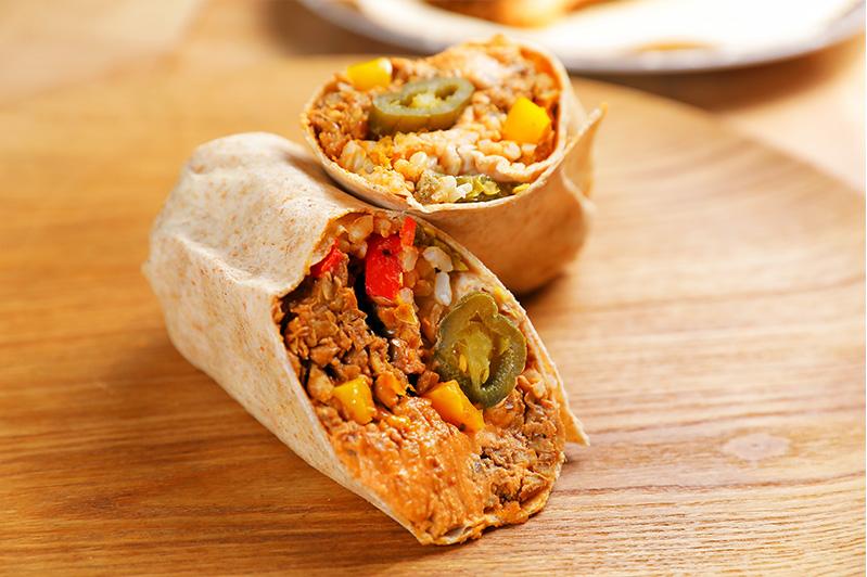 멕시칸 부리또 통밀 또르띠야, 병아리콩 후무스, 후추, 적양파, 렌틸콩 고기로 만든 부리또