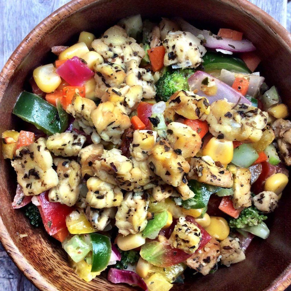 레몬 오레가노 드레싱에 여름 다진 샐러드와 템페 페타 피망, 퍼플 양파, 당근, 방울토마토, 옥수수, 오이